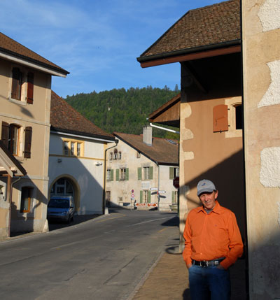 Willy devant la distillerie